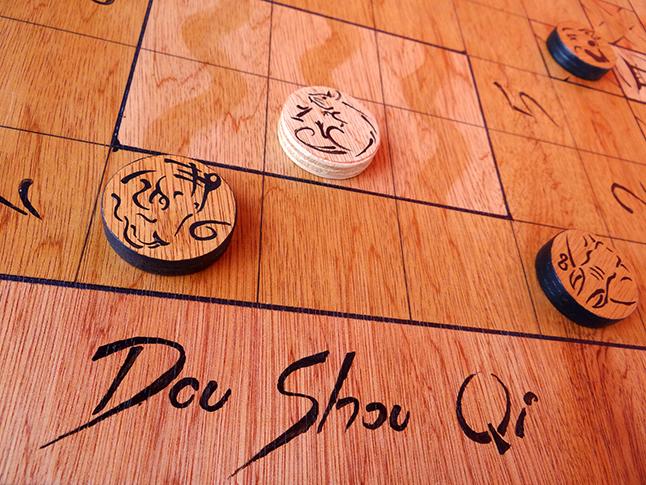 Le Dou Shou Qi (ou jeu de la jungle) de la Maison des Jeux est un jeu de stratégie d'origine chinoise