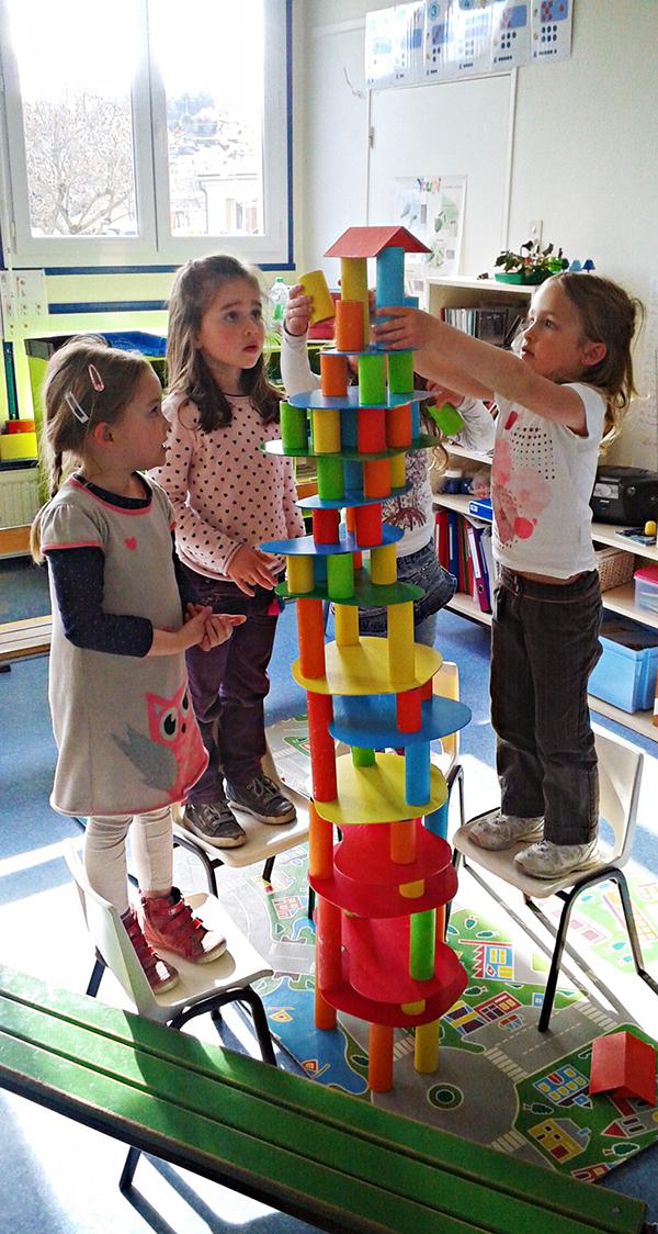 Jeu de construction pour les enfants lors d'une animation de la Maison des Jeux de Clermont-Ferrand dans un centre de loisirs