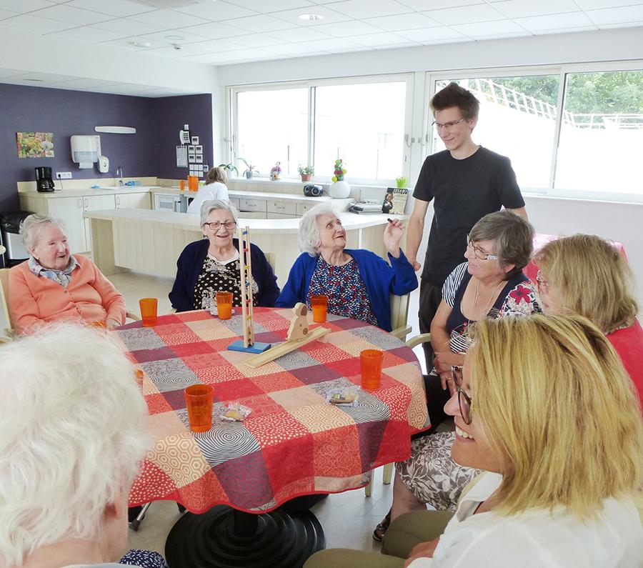 Animation de jeux pour les personnes âgées en EHPAD et en maison de retraite par la Maison des Jeux de Clermont-Ferrand