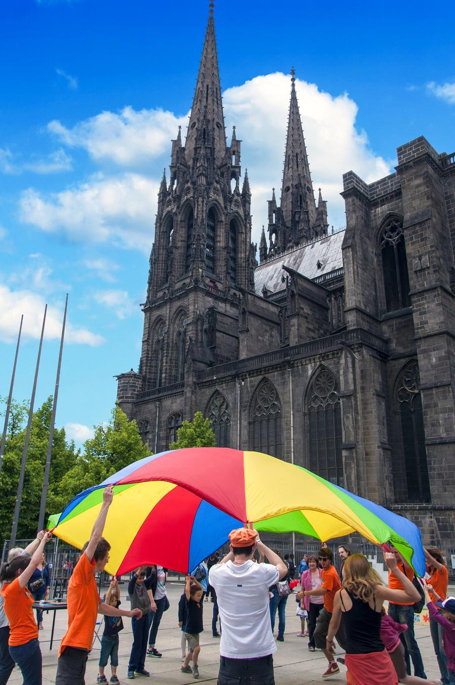 Jeu du parachute de la Maison des Jeux pour la Fête du Jeu devant la cathédrale de la place de la Victoire à Clermont-Ferrand