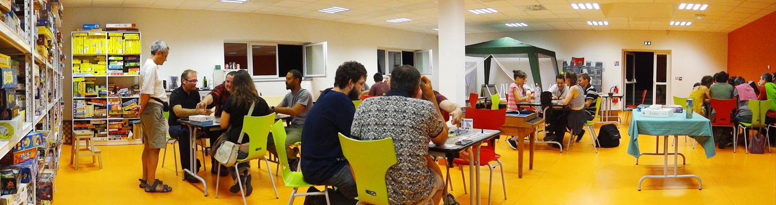 Salle des jeux de société lors d'une soirée jeux prototypes à la Maison des Jeux de Clermont-Ferrand
